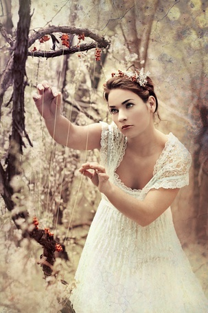 Фото Девушка натягивает верёвочки на ветке (© alcatel), добавлено: 27.09.2011 03:42