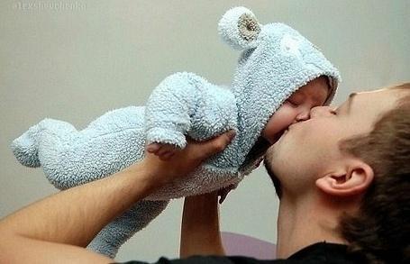 Фото Парень целует малыша в забавном костюмчике с ушками (© Шепот_дождя), добавлено: 29.09.2011 23:04