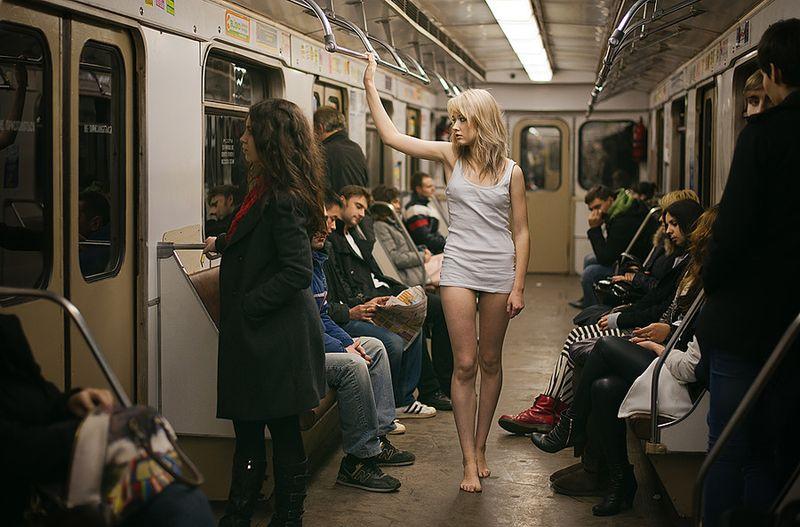 ли с стоит девушкой в метро знакомиться