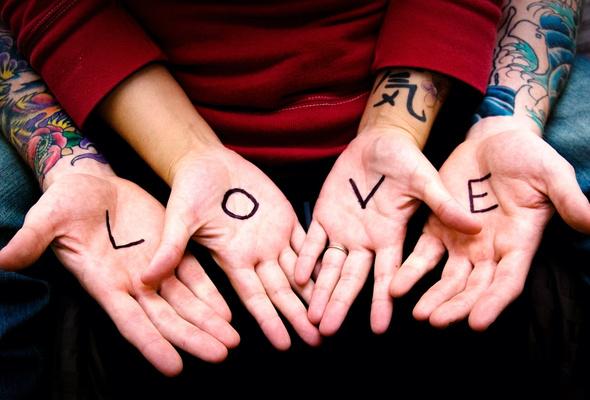Фото Надпись *Love* на руках