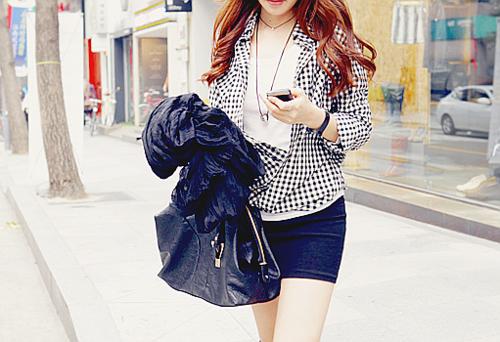 Фото стильная девушка с мобильным