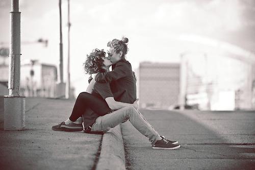 Фото парень и девушка целуются сидя