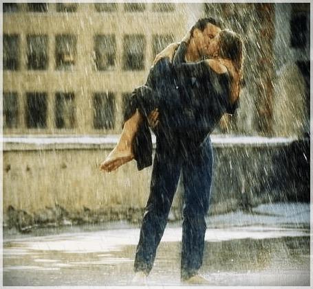Фото Влюблённые целуются под дождём