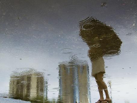 Фото Девушка с зонтом отражается в луже (© D.Phantom), добавлено: 02.10.2011 02:32