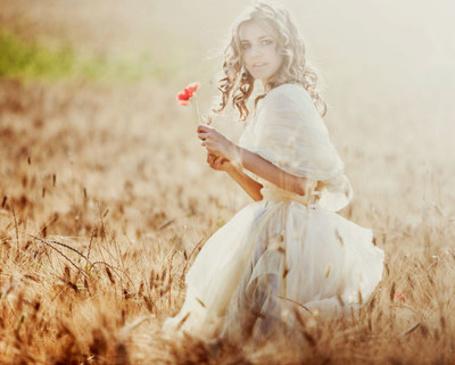 Фото Девушка в пышном платье с маком в руках (© TARAKLIA), добавлено: 02.10.2011 17:55