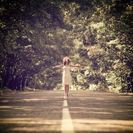 Фото Девушка в платье гуляет по прирывистой линии дороги (© TARAKLIA), добавлено: 02.10.2011 18:09