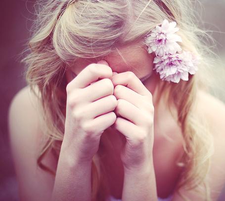 Фото Девушка с цветами в волосах прикрыла своё и лицо и плачет (© TARAKLIA), добавлено: 02.10.2011 18:37