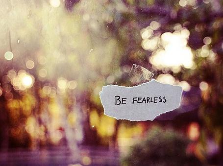 Фото На обрывке написано Be fearless / Будь бесстрашным (© Юки-тян), добавлено: 04.10.2011 23:54