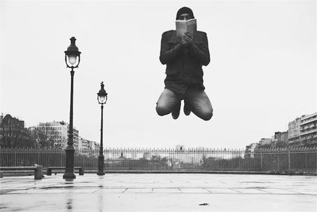 Фото Левитация при чтении (© Флориссия), добавлено: 05.10.2011 16:11