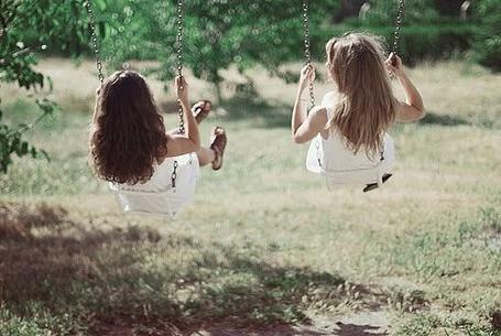Фото Девушки качаются на качелях (© Юки-тян), добавлено: 06.10.2011 00:05