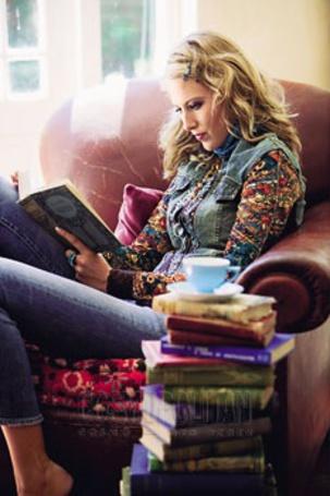 Фото Девушка в кресле читает книгу с кипой книг и чашкой чая (© Antuannet), добавлено: 07.10.2011 05:40