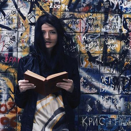Фото Девушка с книгой у стены с графити (© Antuannet), добавлено: 07.10.2011 05:49