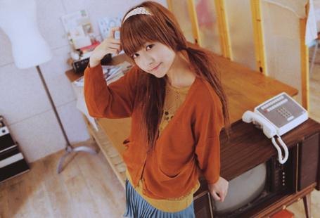 Фото Девушка стоит у столика (© Anime Love), добавлено: 11.10.2011 21:24