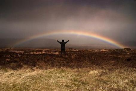 Фото Мужчина поднял руки к небу (© Флориссия), добавлено: 12.10.2011 16:02
