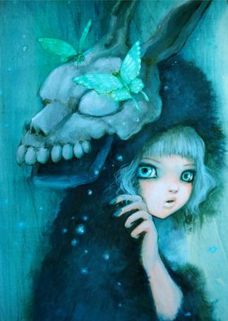 Фото Девочка в мехе и с черепом животного на голове