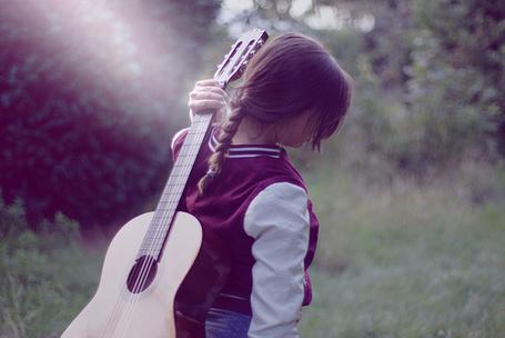 Фото Девушка с гитарой на природе (© Радистка Кэт), добавлено: 14.10.2011 20:47