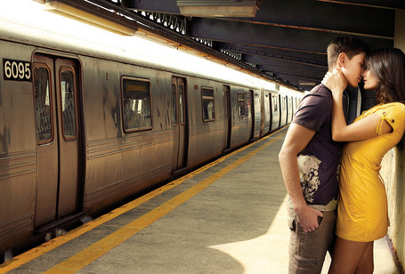 Фото Парень с девушкой стоят на перроне