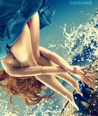 Фото Девушка с задранной юбкой отгораживается от капель воды (Kassandra) (© Radieschen), добавлено: 16.10.2011 06:40