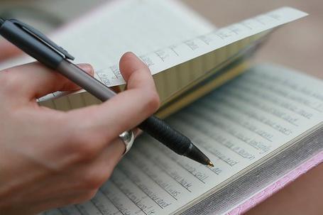 Фото Девушка делает  запись в своем дневнике (© Lola_Weazlik), добавлено: 16.10.2011 11:33