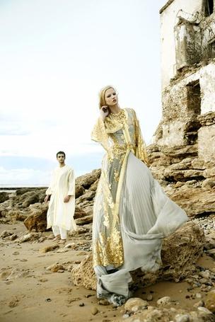 Фото Обиженная на парня девушка стоит у развалин здания,парень стоит сзади нее и не решается подойти (© Lola_Weazlik), добавлено: 16.10.2011 12:05