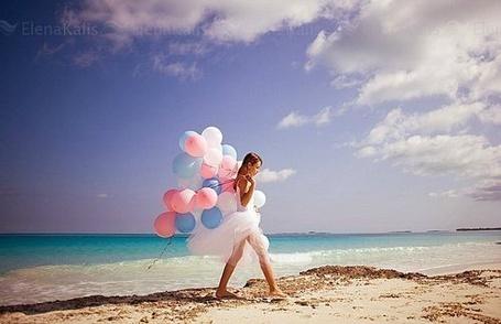 Огромные шарики возле моря