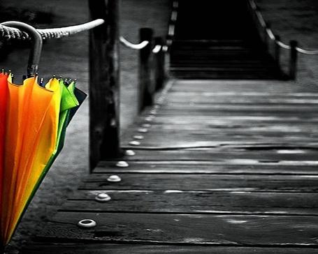 Фото Разноцветный зонт забыт на сереньком мостике