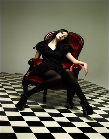 Фото Девушка грустит в кресле