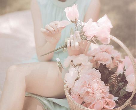 Фото Девушка держит в руках цветы,рядом с ней стоит корзина полная цветов (© Lola_Weazlik), добавлено: 26.10.2011 20:42