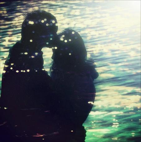 Фото Парень целует любимую в лоб