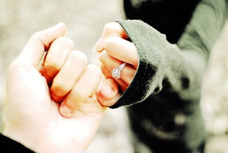 Фото Парень держит за руку девушку,у девушки на пальце кольцо (© Lola_Weazlik), добавлено: 28.10.2011 21:24