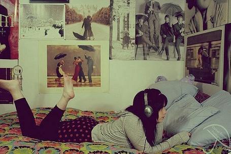 Фото Девушка слушает музыку в комнате (© Юки-тян), добавлено: 29.10.2011 12:30