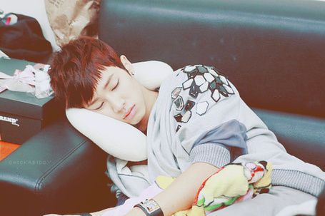 Фото Парень азиат спит