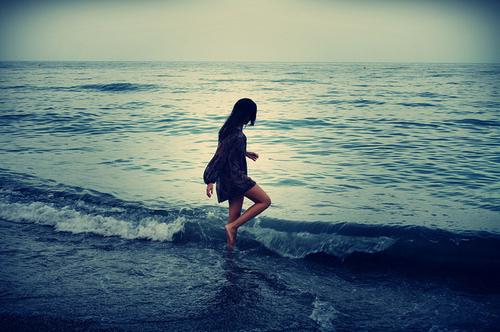 Фото Девушка играет с волнами