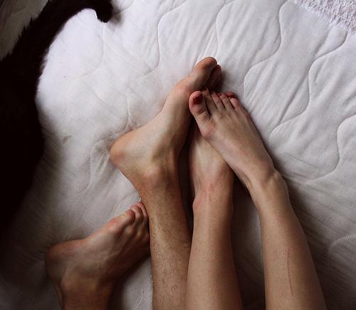 Красивые фото мужских и женских ног в постели #13