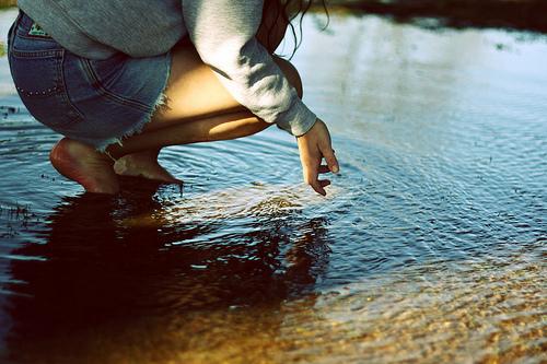 Фото Девушка присела в воде.