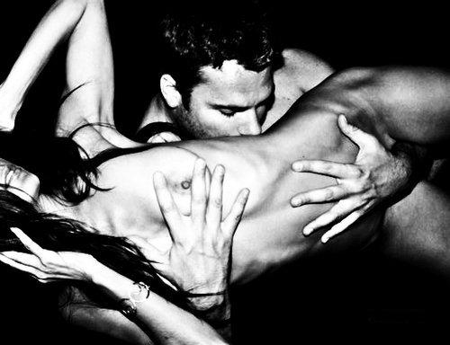 Фото целует голое тело девушки фото 678-3