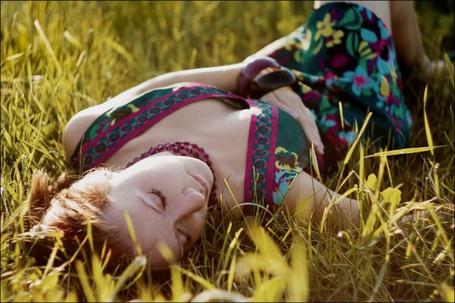 Фото Девушка в цветном платье лежит в траве (© Radieschen), добавлено: 01.11.2011 10:58
