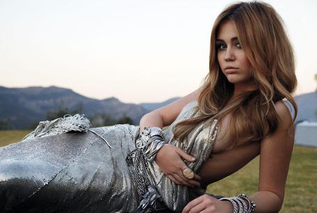 Фото Майли Сайрус/Miley Cyrus в красиовм платье лежит на зеленой поляне (© Lola_Weazlik), добавлено: 01.11.2011 23:06