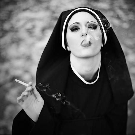 Фото Девушка в костюме монашки курит (© alcatel), добавлено: 02.11.2011 01:22