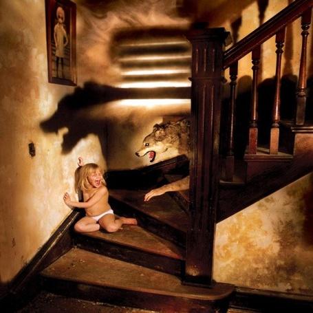 Фото Детские кошмары и страхи в исполнении фотографа Joshua Hoffine - Оборотень подбирается к ребёнку (© Anatol), добавлено: 04.11.2011 00:46