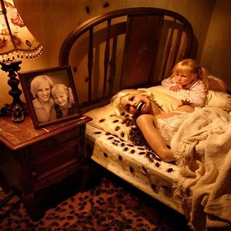 Фото Детские кошмары и страхи в исполнении фотографа Joshua Hoffine - В постели девочка и призрак её умершей матери