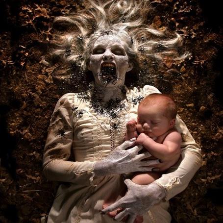 Фото Детские кошмары и страхи в исполнении фотографа Joshua Hoffine - Призрак с ребёнком в руках (© Anatol), добавлено: 04.11.2011 00:48