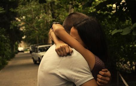 Фото Девушка крепко обнимает парня