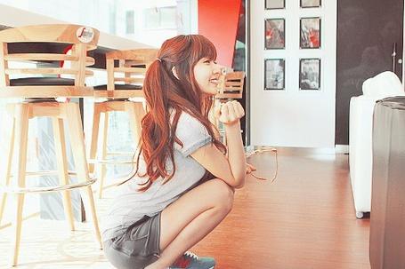Фото Девушка сидит на полу и мило улыбается (© Юки-тян), добавлено: 05.11.2011 16:10
