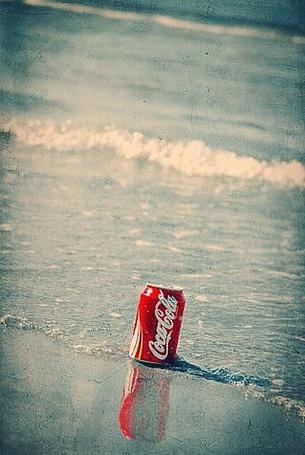 Фото Бутылка 'Кока-колы' на берегу возле моря (© Кофе мой друг), добавлено: 06.11.2011 18:08