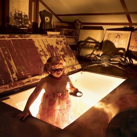 Фото Детские кошмары и страхи в исполнении фотографа Joshua Hoffine-любопытная девочка забралась на чердак, где в тёмном углу её поджидает огромный паучище