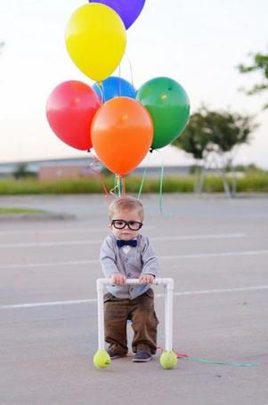 Фото Малыш с воздушными шарами на дороге