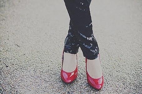 Фото Девушка в легенсах и красных туфлях (© Lola_Weazlik), добавлено: 13.11.2011 20:54