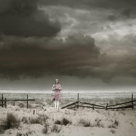 Фото Проморзгло ( девушка зимой в поле у сломанного забора ) (© Флориссия), добавлено: 14.11.2011 14:30