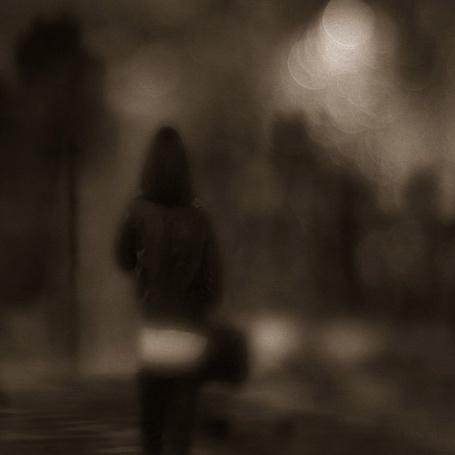 Фото Одиночество сумрачного города добралось до моей души ( девушка гуляет по городу ) (© Флориссия), добавлено: 16.11.2011 19:19